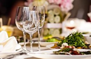 lege-wijnglazen-op-tafel